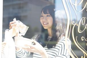 雑貨屋でアクセサリーを選んでいる女性の写真素材 [FYI04315441]