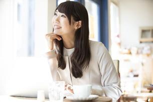 カフェで仕事をしている女性の写真素材 [FYI04315462]