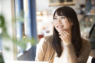 カフェで外を眺めている女性の写真素材 [FYI04315467]