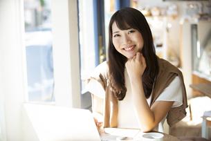カフェで笑っている女性の写真素材 [FYI04315472]