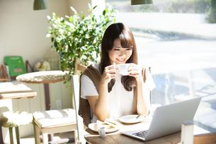 カフェでコーヒーを飲んでいる女性の写真素材 [FYI04315478]