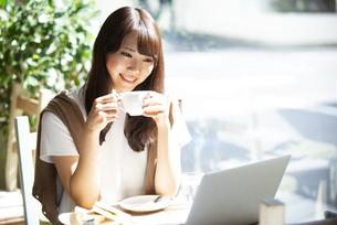 カフェでコーヒーを飲んでいる女性の写真素材 [FYI04315479]