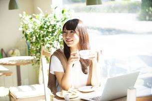 カフェでコーヒーを飲んでいる女性の写真素材 [FYI04315480]