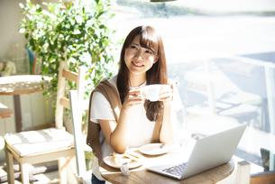 カフェでコーヒーを飲んでいる女性の写真素材 [FYI04315481]