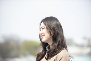 屋上で笑っている女性の写真素材 [FYI04315494]