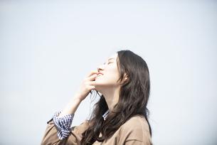 空を見上げている女性の写真素材 [FYI04315495]