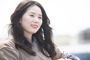 屋上で笑っている女性の写真素材 [FYI04315496]