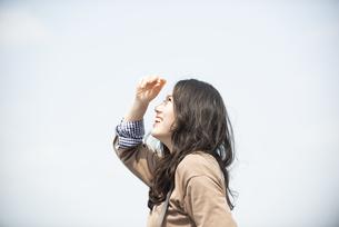 空を見上げて笑っている女性の写真素材 [FYI04315499]