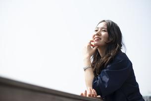 遠くを見て笑っている女性の写真素材 [FYI04315543]
