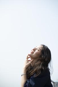 目をつぶって笑っている女性の写真素材 [FYI04315546]