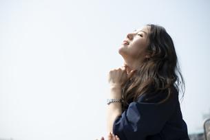 目をつぶって笑っている女性の写真素材 [FYI04315547]