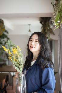 花瓶を持っている女性の写真素材 [FYI04315551]