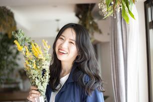 花瓶を持って笑っている女性の写真素材 [FYI04315552]