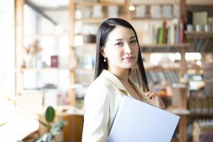 オフィスでファイルを持っている女性の写真素材 [FYI04315567]