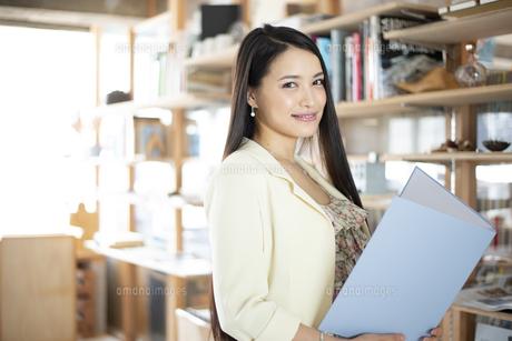オフィスでファイルを持っている女性の写真素材 [FYI04315569]