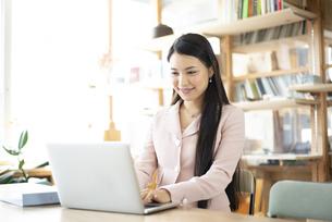 オフィスでパソコンを使って仕事をしている女性の写真素材 [FYI04315573]
