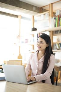オフィスでパソコンを使って仕事をしている女性の写真素材 [FYI04315574]