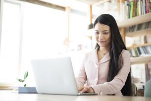 オフィスでパソコンを使って仕事をしている女性の写真素材 [FYI04315575]