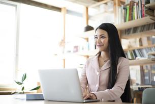 オフィスでパソコンを使って仕事をしている女性の写真素材 [FYI04315576]