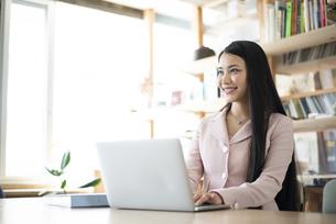 オフィスでパソコンを使って仕事をしている女性の写真素材 [FYI04315577]