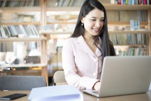 オフィスでパソコンを使って仕事をしている女性の写真素材 [FYI04315582]