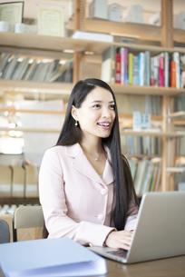 オフィスでパソコンを使って仕事をしている女性の写真素材 [FYI04315583]