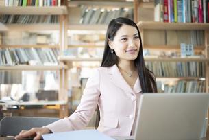 オフィスでパソコンを使って仕事をしている女性の写真素材 [FYI04315585]