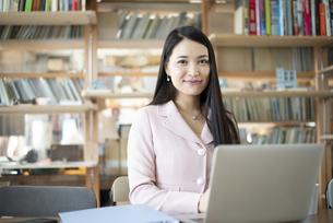 オフィスでパソコンを使って仕事をしている女性の写真素材 [FYI04315586]