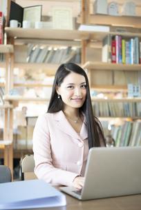 オフィスでパソコンを使って仕事をしている女性の写真素材 [FYI04315587]