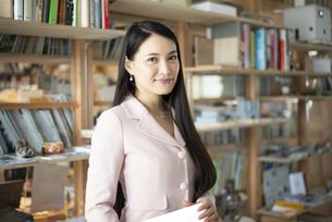 オフィスで微笑んでいる女性の写真素材 [FYI04315589]