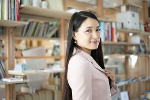 オフィスで微笑んでいる女性の写真素材 [FYI04315593]