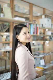 オフィスで微笑んでいる女性の写真素材 [FYI04315594]