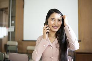 オフィスで電話をしている女性の写真素材 [FYI04315602]
