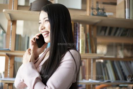 オフィスで電話をしている女性の写真素材 [FYI04315604]