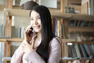 オフィスで電話をしている女性の写真素材 [FYI04315607]