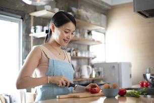 キッチンで料理をしている女性の写真素材 [FYI04315608]