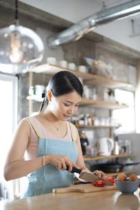 キッチンで料理をしている女性の写真素材 [FYI04315609]
