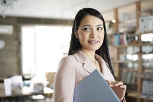 オフィスでファイルを持っている女性の写真素材 [FYI04315630]