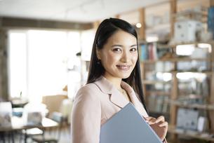 オフィスでファイルを持っている女性の写真素材 [FYI04315632]