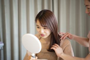 鏡を見ている女性の写真素材 [FYI04315730]