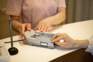 カードで支払いをしている女性の手元の写真素材 [FYI04315736]