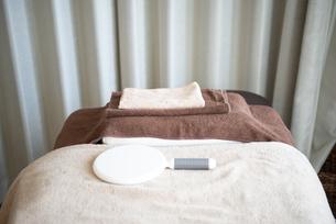 タオルと鏡が置いてあるベッドの写真素材 [FYI04315741]