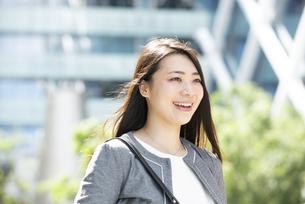 笑っているスーツ姿の女性の写真素材 [FYI04315743]