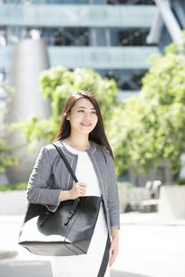 笑っているスーツ姿の女性の写真素材 [FYI04315744]