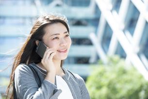 電話をしているスーツ姿の女性の写真素材 [FYI04315746]