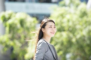 外を歩いているスーツ姿の女性の写真素材 [FYI04315747]