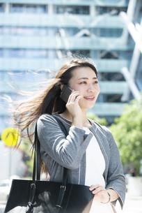 電話をしているスーツ姿の女性の写真素材 [FYI04315748]