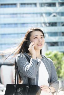 電話をしているスーツ姿の女性の写真素材 [FYI04315749]