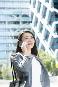 電話をしているスーツ姿の女性の写真素材 [FYI04315750]