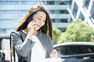 電話をしているスーツ姿の女性の写真素材 [FYI04315751]